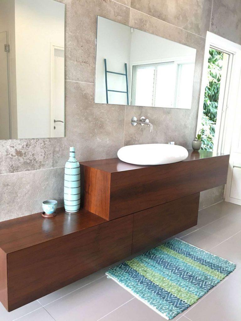 עיצוב חדרי אמבטיה עם עץ