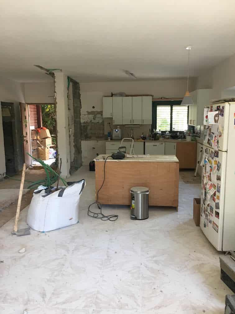 מתחילים להרוס קירות במטבח