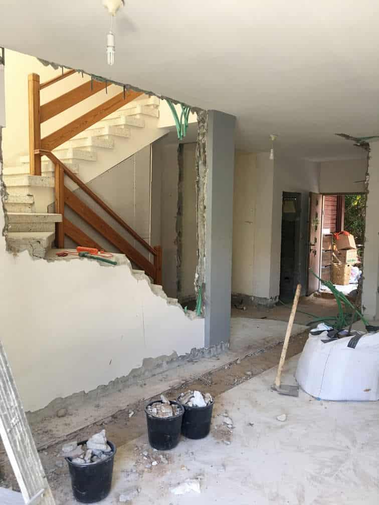פתיחת קיר המדרגות