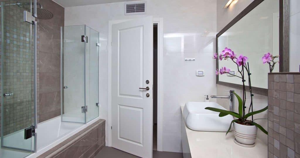עיצוב אמבטיה עם דלת זכוכית